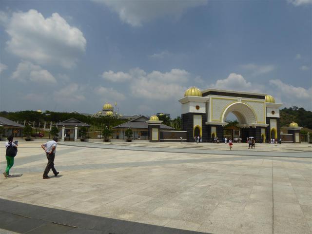 http://gandjlawrence.co.uk/photos/malaysia/Bill/P1050728_Large_.jpg