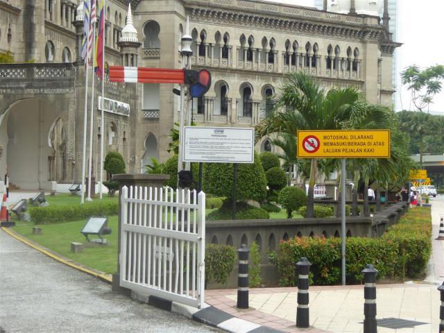 http://gandjlawrence.co.uk/photos/malaysia/Bill/P1050913_Large_.jpg