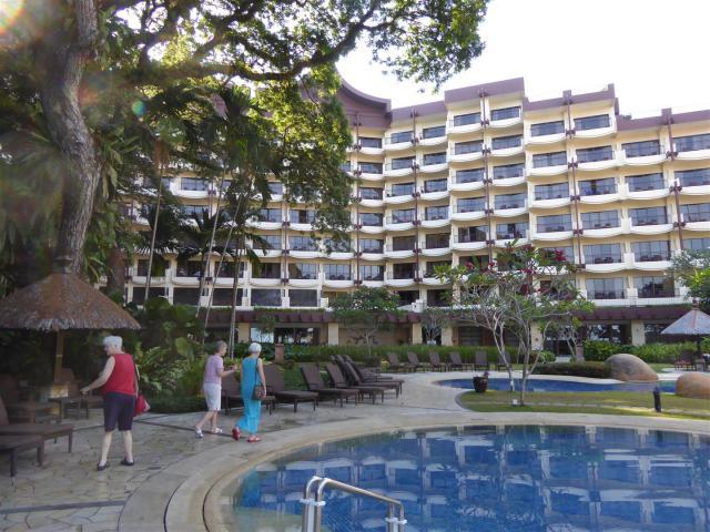 http://gandjlawrence.co.uk/photos/malaysia/Bill/P1060404_Large_.jpg