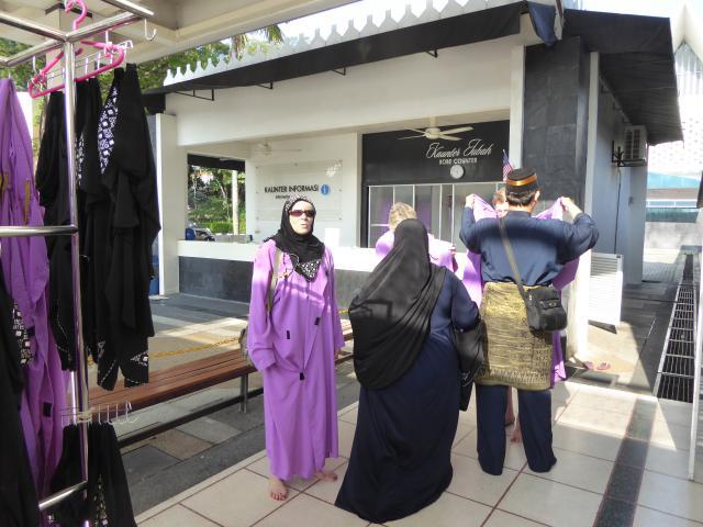 http://gandjlawrence.co.uk/photos/malaysia/Jane/P1010765.jpg
