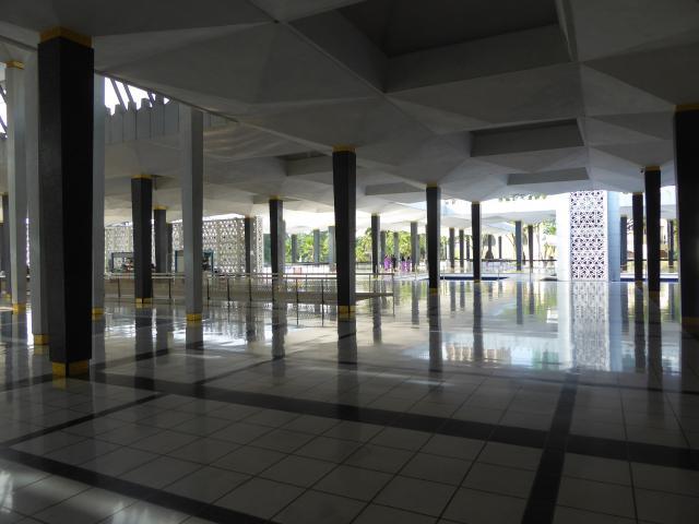 http://gandjlawrence.co.uk/photos/malaysia/Jane/P1010769.jpg