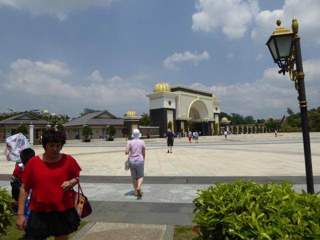 http://gandjlawrence.co.uk/photos/malaysia/Jane/P1010806.jpg