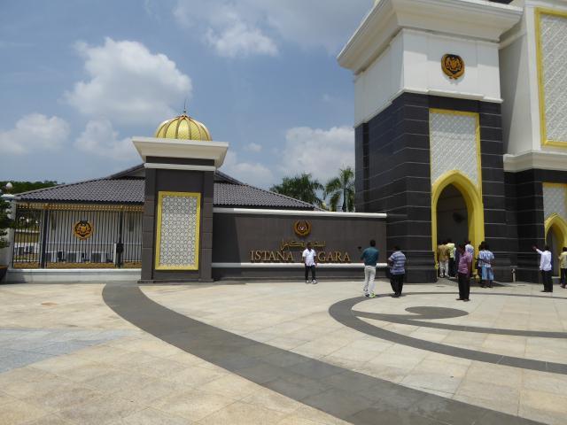 http://gandjlawrence.co.uk/photos/malaysia/Jane/P1010807.jpg