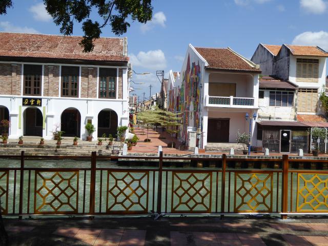 http://gandjlawrence.co.uk/photos/malaysia/Jane/P1010865.jpg